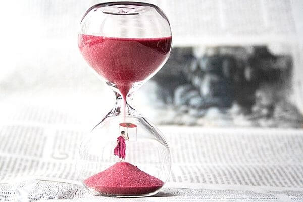 Picture of a hourglass to help you set goals.